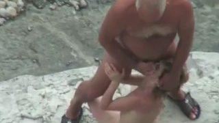 jeune couple naturiste salope qui baisse